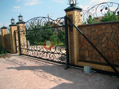 Откатные ворота с кованым рисунком